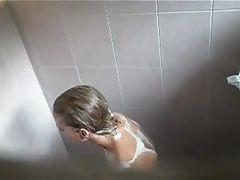 mi sobrina en la ducha