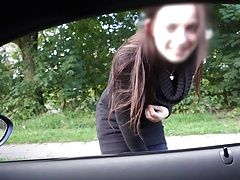 Junge Frau aus den Auto...